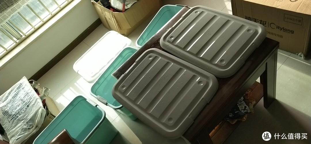 刚开箱,略有味道不大,用水冲洗了一遍,直接扔在阳台上了晒干,旁边纸箱子里都是各种杂物,准备装进去