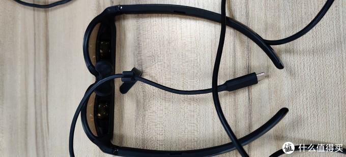从JIMO那里拿来的鼻托,凑乎用吧.眼镜的特殊铰链设计可以让镜腿向外扩张,来兼容不同头部.镜腿下方还配有两个扬声器.