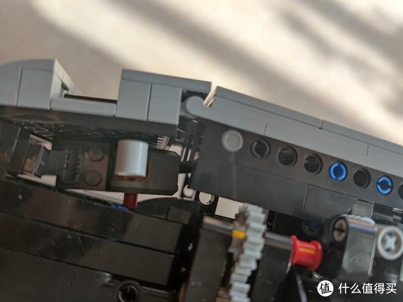 ↑原版配重块控制超起线缆卷扬的装置是红外接收器,这样超出了乐高的4个频道,这改成了电流开关