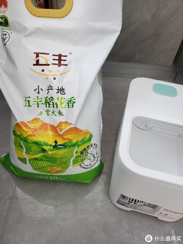 20斤装的大米可以全部倒入