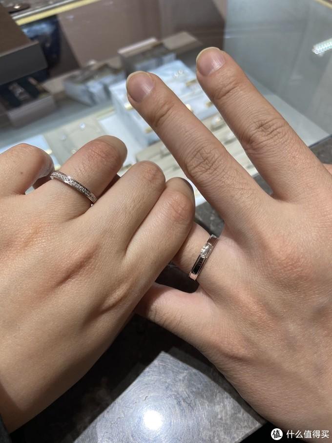 我俩比较喜欢的款式,女戒是排钻,男戒一颗小钻。排钻很闪