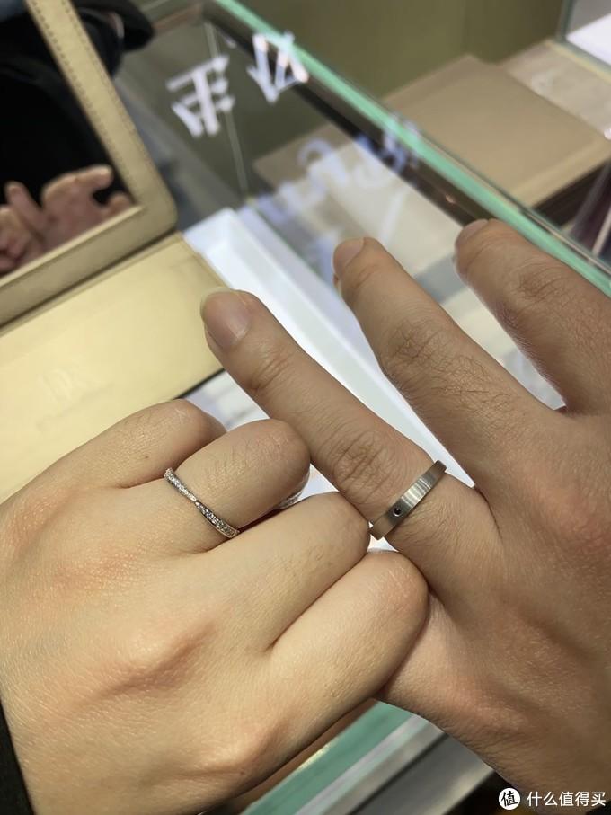 我还是喜欢闪亮亮的排钻~男戒的工艺比较低调,用的是一颗小黑钻