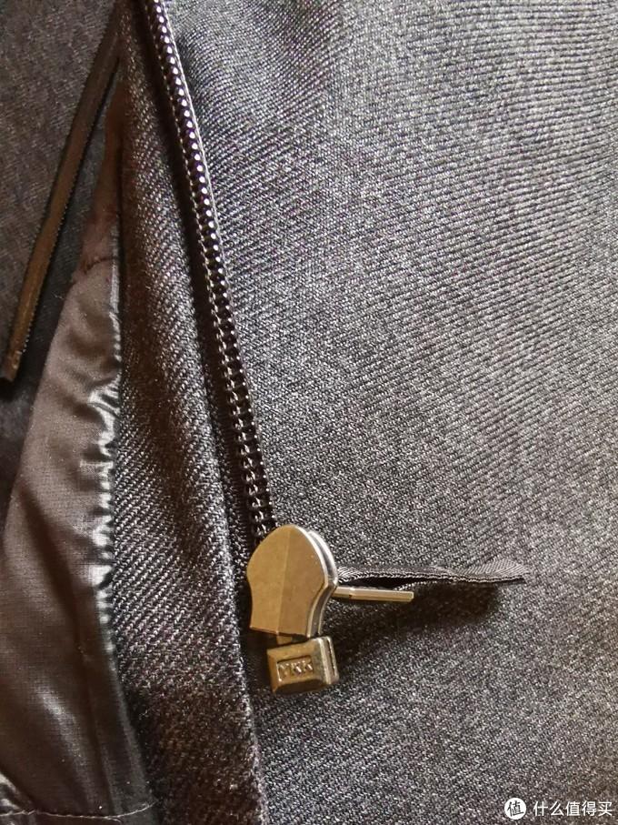 先看Monitor Down Coat。可以看到斜纹布的细节,以及YKK防水拉链。