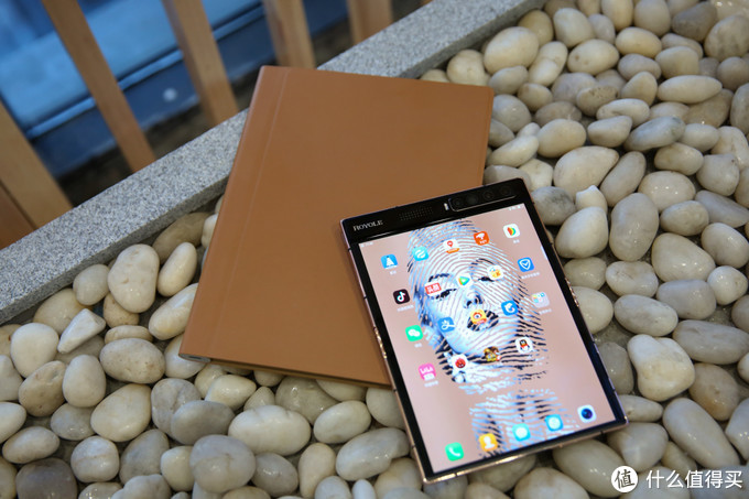 《到站秀》:柔宇科技 FlexPai 2折叠屏手机 艺术家邹操联名款 金色尊享版