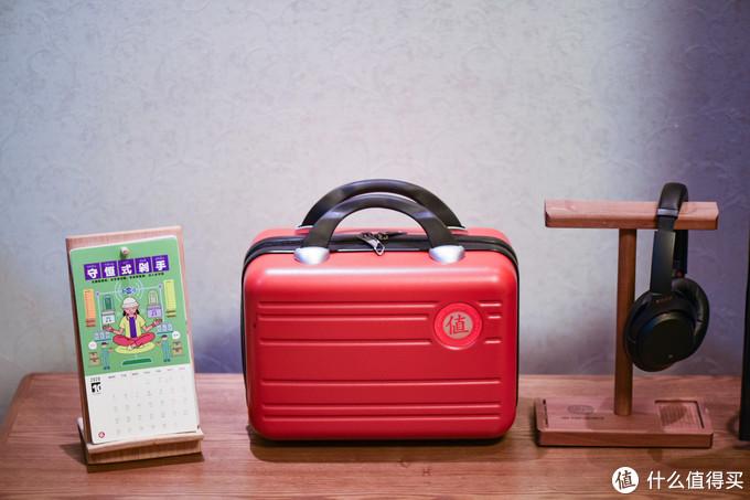收到的朋友首先不管里面装的什么,都议论纷纷打算改造成旅行或者通勤用的手提箱,一定非常吸睛。
