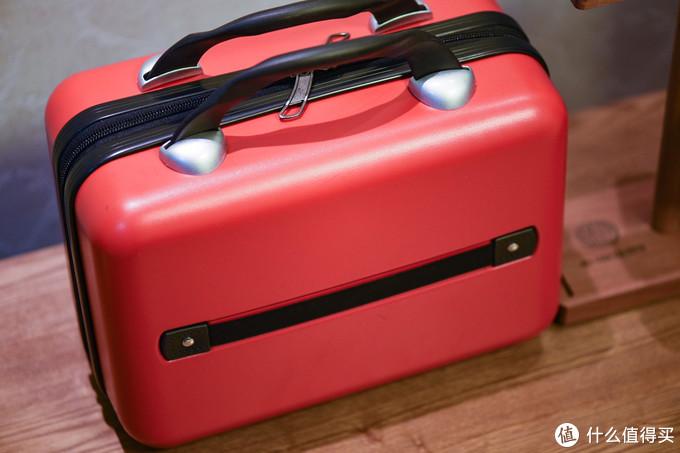 背面有一个绑带设计,还真能挂在行李箱上当手提包。