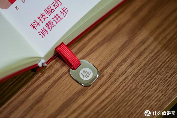 这个书签的底部是一枚金属材质的值图标挂件,很漂亮。