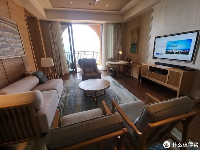 客房的客厅就是这样布局的,外面是阳台
