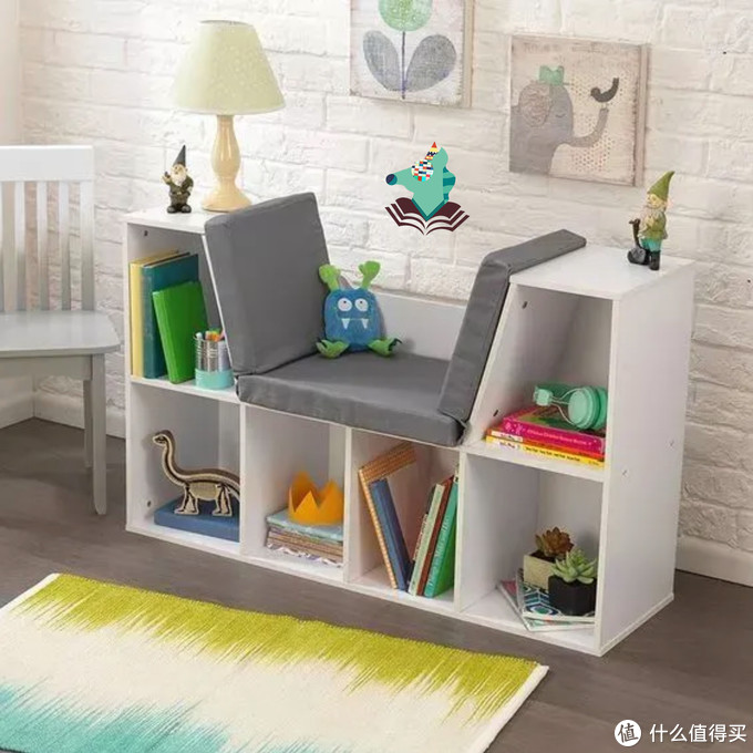 一个简易的书架.一张朴素的地垫