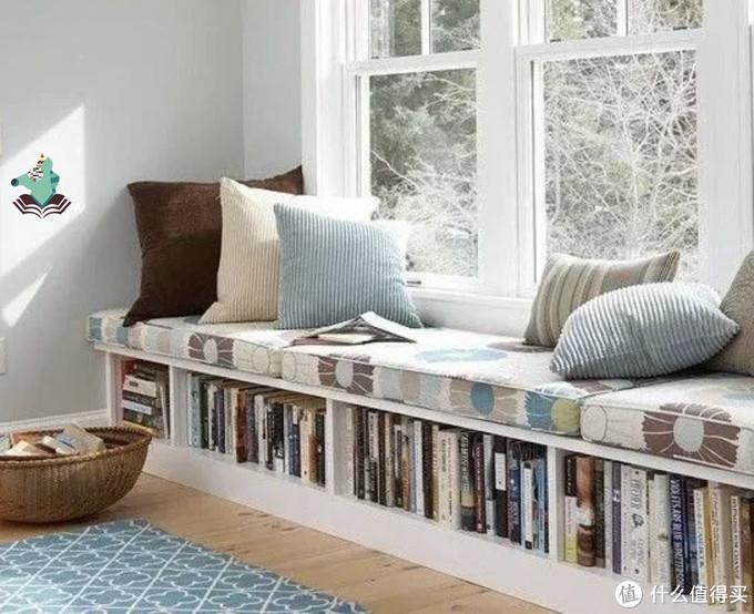 把家里落地窗用起来吧,稍稍布置下可以充当孩子的阅读角哦