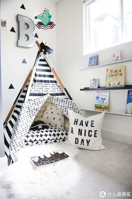 几个墙上置物架摆上宝宝的书籍就可以充当书架