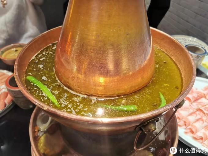 鲜嫩的羊肉,浓香的芝麻酱,传统老北京铜锅涮肉,越吃越热乎
