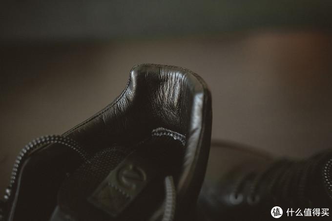 鞋后跟也是皮子质地的,上脚的包裹感很舒服