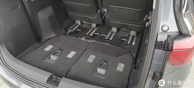 三排座椅比较鸡肋,同时后备箱没空间,也没有平整盖板