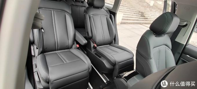 将后排座椅拉到最边,中间空间尚可,但轮毂会限制此种状态下后排座椅向后的位移