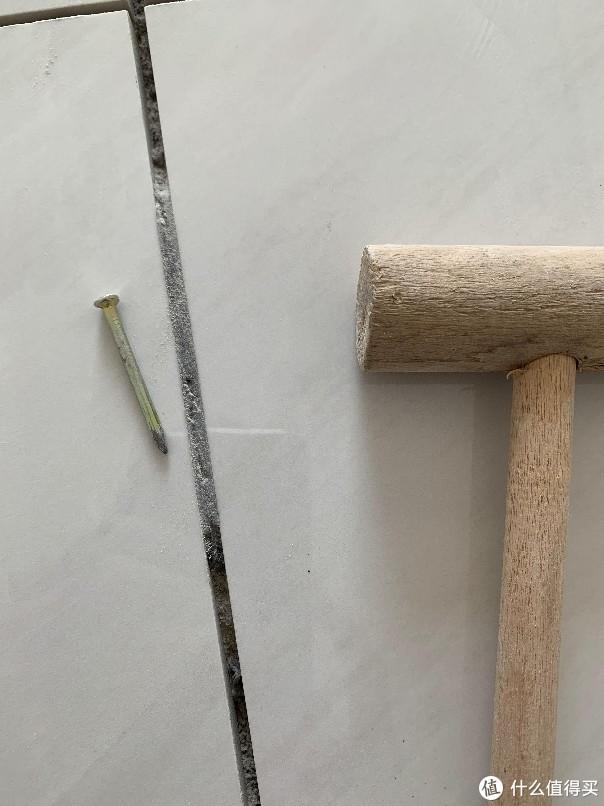 水泥灌满缝隙,这种清理起来会疯掉,只能轻轻磕下来,重一点瓷砖就受损了。