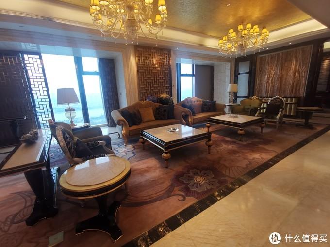 客房的大厅中间是两张方桌配沙发