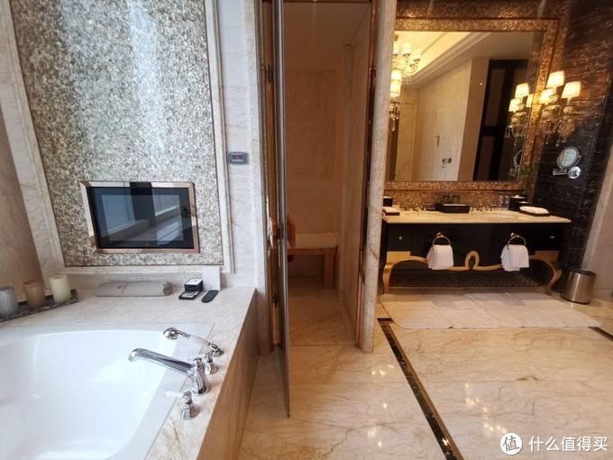 浴缸后面的房间是湿蒸桑拿房