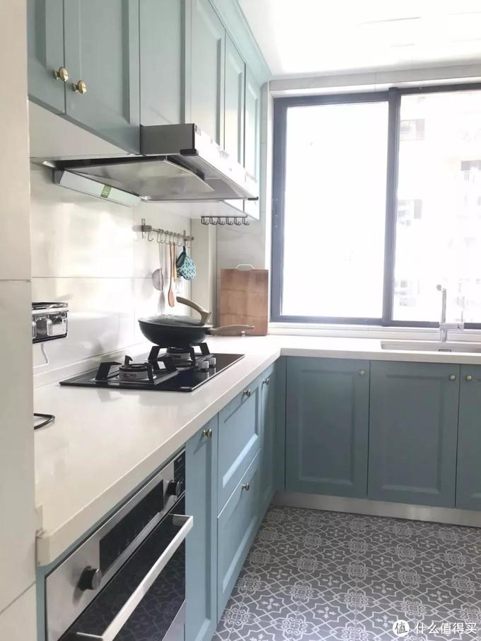 厨房除了橱柜外,台面搭配也很关键,白色的就不错了