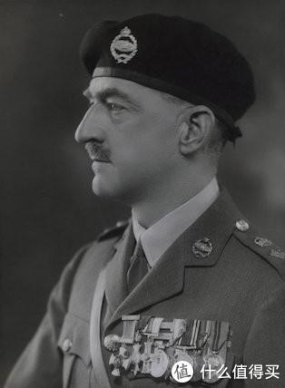 """珀西•霍巴特(Percy Hobart)少将,英国装甲部队的奠基者之一。战间期参与组建与发展英军装甲部队,受到约翰•富勒、李德•哈特等人影响,认识到未来战争中坦克的巨大作用,虽未能改变英国军方的保守立场,但影响了古德里安等德国军界高层。1938年,他组建训练了""""埃及机动部队""""(即后来的""""沙漠之鼠""""第七装甲师)。二战中,任第79装甲师(即著名的""""霍巴特马戏团"""",装备了各种奇特的改造车辆)师长。"""