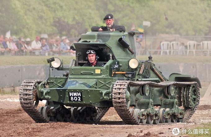 博文顿坦克博物馆坦克节上展示的玛蒂尔达1型。坐车的是老熟人:馆长大卫•威利先生