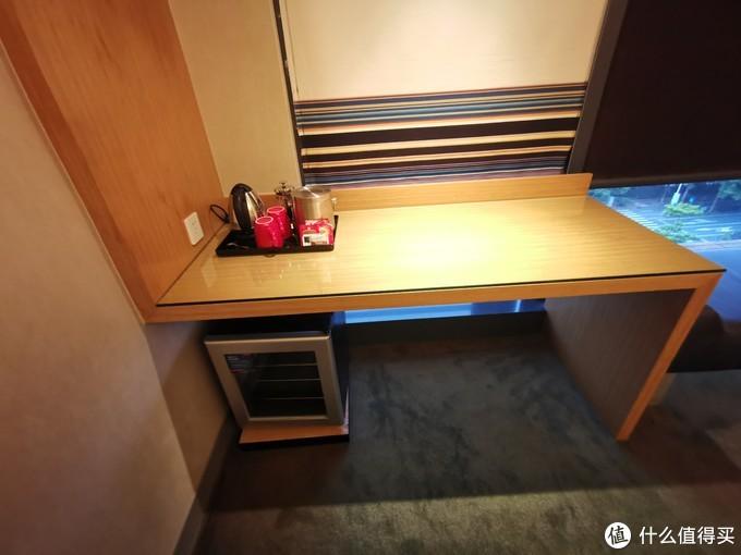 这张桌子了吧台