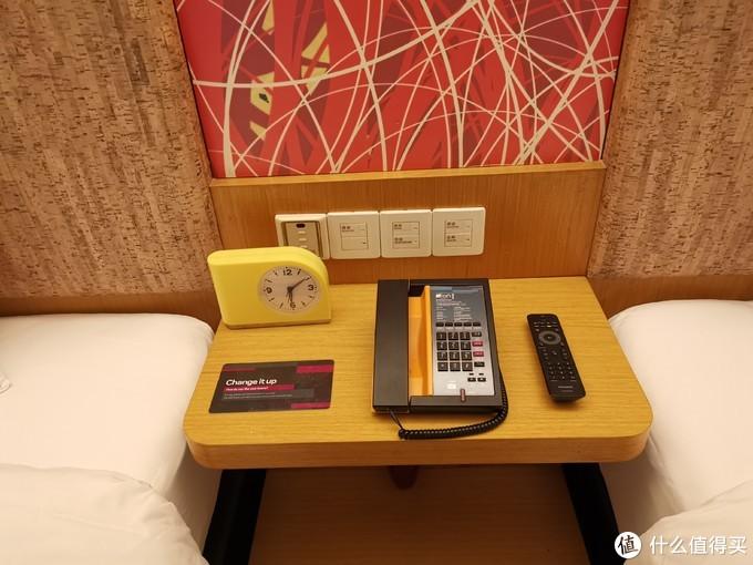 床边的桌子