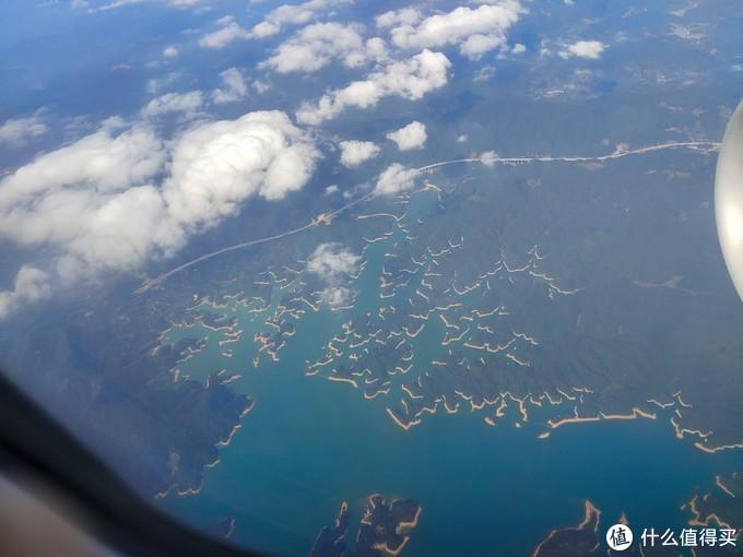 从杭州到广州的飞机上,快到广州的时候偶然看了一眼下面,发现了神奇的景色,谁知道这是哪里?