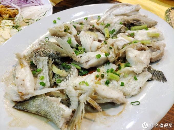 靠近鱼骨的部位,朋友让店家做成了清蒸,这类菜式也是广东人的拿手菜,新鲜的食材只需要酱油葱花调味,鲜美无比。