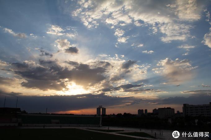 毕业前的一场暴雨,以及雨过天晴恰逢日落时分,晚霞配合极其漂亮的云彩。可惜没有拍好。