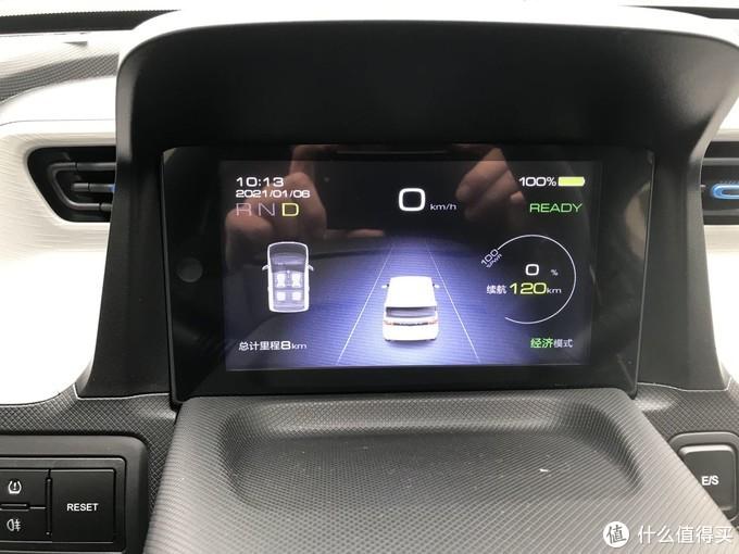 宏光mini有三个款,中高配置带有这样一块彩色液晶屏。显示续航、模式、电量、档位等信息,具备科技感。(这张照片章老师实拍的,章老师不要脸也是有限度的)左边三个按钮,左上胎压监测复位,左下后雾灯控制。右边RESET据说是屏幕显示切换和复位,章老师一次都不敢按,怕车子原地爆炸。E/S就是经济和运动模式切换了。