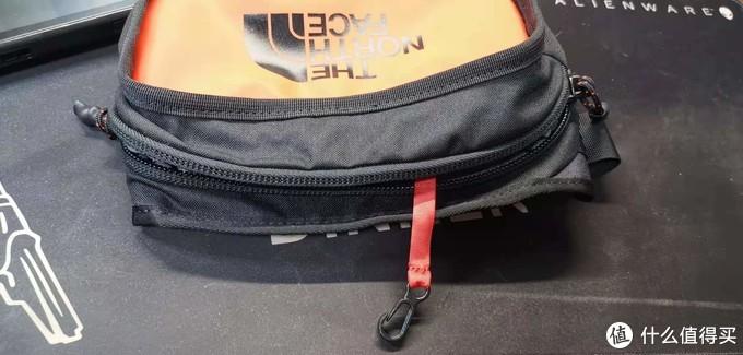 包里带着个钥匙带,这个真的好用,顺着绳子就找到钥匙了。适合盲找钥匙,也不会把钥匙弄丢,相当实用,