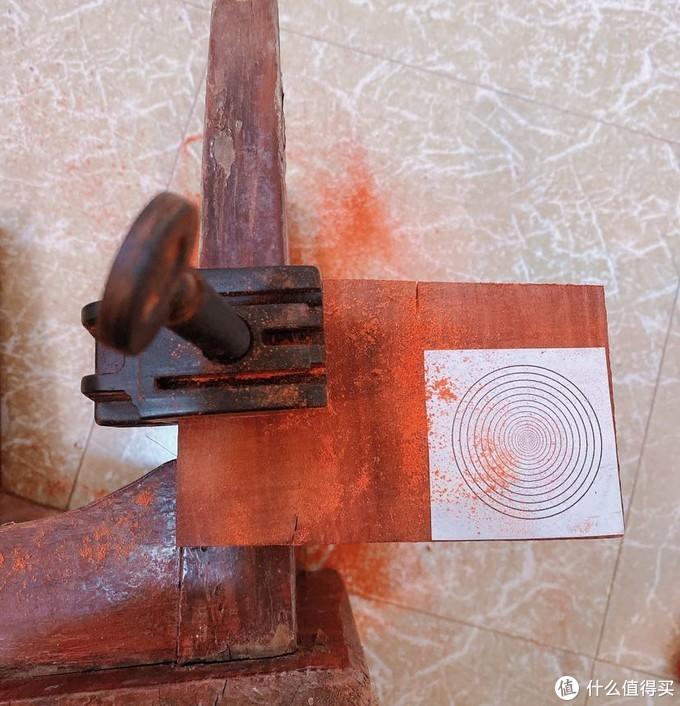 用台夹固定,先把好的部分锯下来。