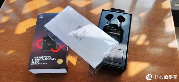 """内部包装比较中规中矩,塑料盖板上印有eros一脉相承的""""专注于声""""字样。"""