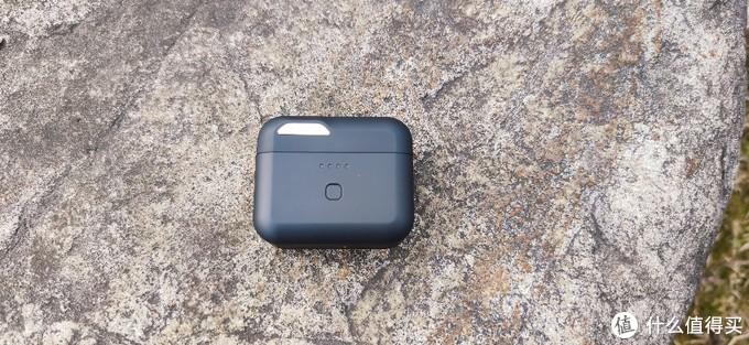 """充电盒比较小巧,重量轻,左上角嵌入一个银色金属质地的标识,上面印有""""EROS""""字样。"""