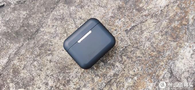 背部是大部分蓝牙耳机标配的外部铰链设计。充电盒整体做工还是相当优秀的,各处细节处理到位。放在口袋里不会有下坠感,拿在手中把玩,手感也很好。