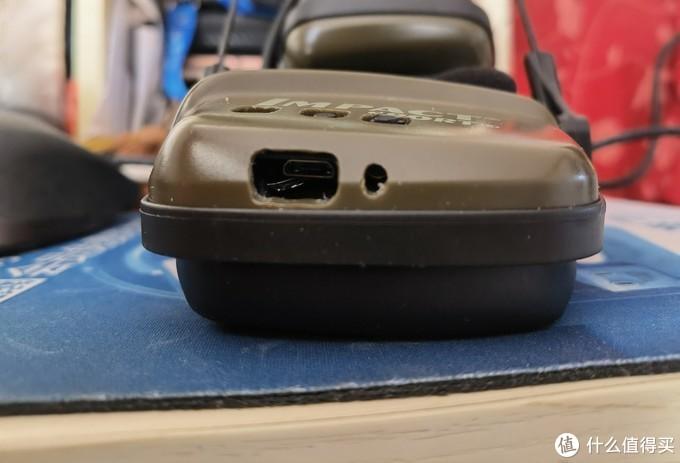 因为蓝牙板比较靠内侧,所以USB孔开大一些,便于把充电线插入内部。