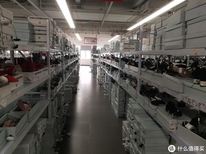 满满的货架,都是星期六品牌的女鞋,随拿随试