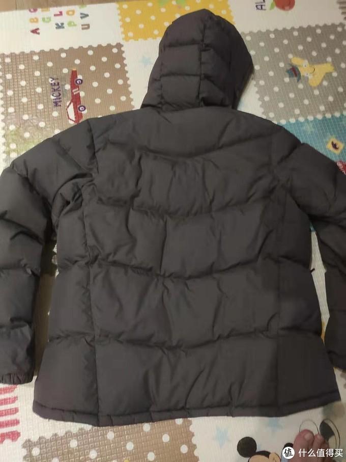 背部裁剪也不错,后片比前片长,防风保暖