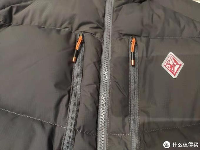 胸前双口袋,橘色的拉链头很点睛,反光标志细节也不错