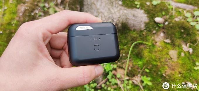 爱国者EROS T10蓝牙耳机采用了高通QCC蓝牙5.0芯片,保证了连接的稳定性。同时还引入了第九代CVC和双耳四麦通话降噪工艺,所以在接打电话时,无论是对方还是用户自己都可以获得比较清晰的通话体验。在音乐播放方面,t10还支持蓝牙无损aptx,优化听感体验。