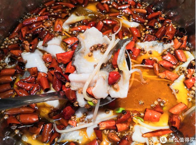 翠翠蝶蝶一泼热油,青花椒和子弹头辣椒魂穿沸腾鱼