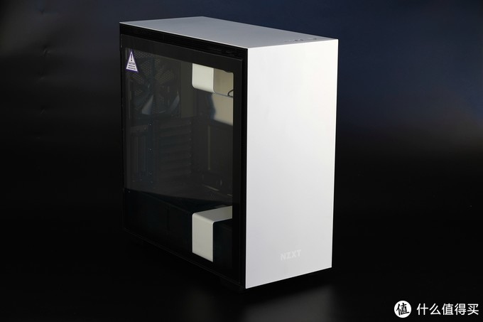 恩杰H710i机箱是一款19年上市的中塔机箱,外观方正,设计简洁又极具现代质感。H710i是H710的进化版本,H710i增加了CAM智能控制器,用于散热风扇,以及NZXT自家的HUE+ RGB设备的接驳与统一控制。另外还增加了显卡竖装支持,非i版本仅支持显卡标准安装。机箱内部还预装了两条RGB可寻址灯带,通过CAM控制器可以自定义光效。