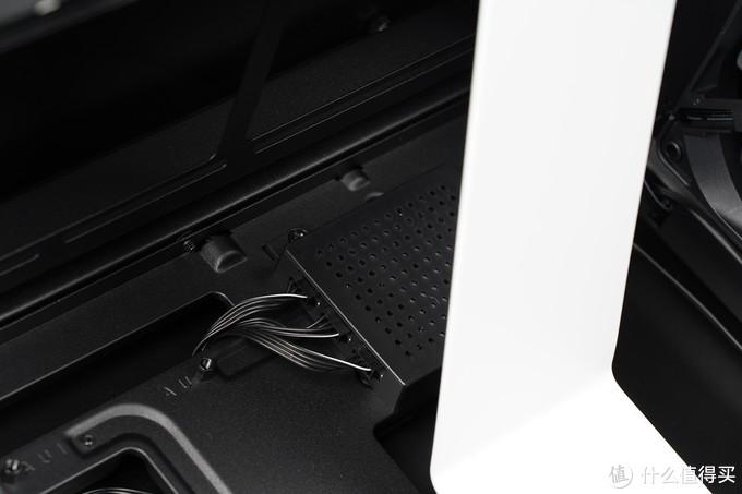 Smart Device V2智能设备控制器,通过内置的芯片可以控制两个HUE 2 RGB光效组件及系统的散热组件,可以通过NZXT CAM软件来控制RGB光效,省去了单独购买控制器的开支。