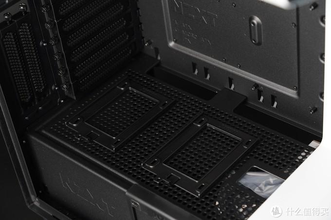 前面自带3个2.5寸硬盘位,全都是采用卡扣固定方式,安装拆卸非常便捷。机箱底部还可支持3个3.5寸硬盘安装,加上背部的两个2.5寸硬盘位,在存储方面也富富有余。