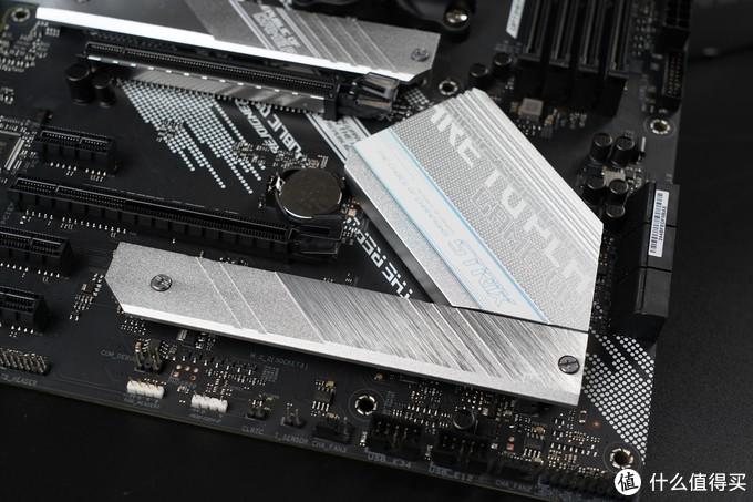 相比于B450,B550加入了和X570一样的PCIe 4.0支持,也就是通道由PCIe 3.0升级到了PCIe 4.0,主板芯片组的通道也从B450的PCIe 2.0升级到3.0。虽然主板芯片组的通道带宽不及X570的4.0,但对于大多数玩家来说,一条M.2接口支持PCIe 4.0已经足够了。