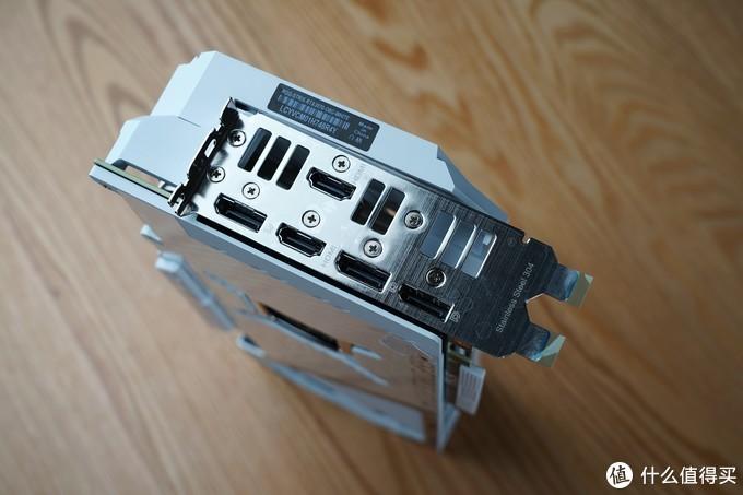 输出接口方面,其拥有3个DP接口与两个HDMI接口,相较公版多增加了一个HDMI接口,扩展性获得进一步提升。