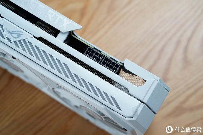 接口方面,提供双8pin供电接口。