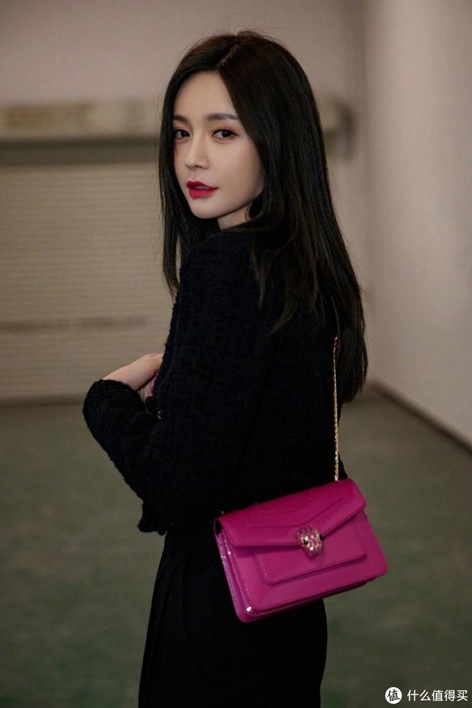 黑色小香风短款上衣,搭配黑色裤子,为了避免颜色单调,搭配玫红色的斜挎包