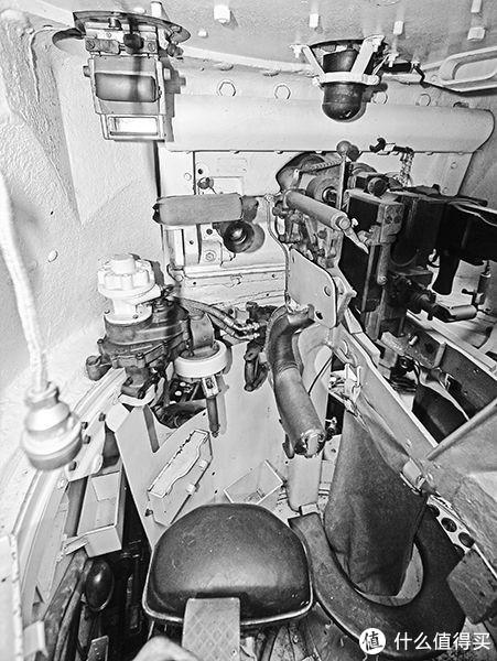 炮塔内,炮手座位向前的视角,车长在这一侧后方,兼顾电台通讯。不过前期配备的11型电台只能单向接收上级信息,后期换装的19型电台才可以双向交流。